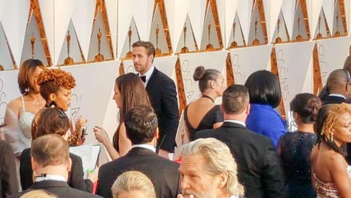 La La Land star Ryan Gosling dodges the media. (9NEWS/Ehsan Knopf)