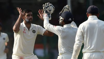 NZ on the ropes, India close in on big win