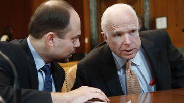 Vladimir Kara-Murza consults with US Senator John McCain at a congressional hearing. (AAP)