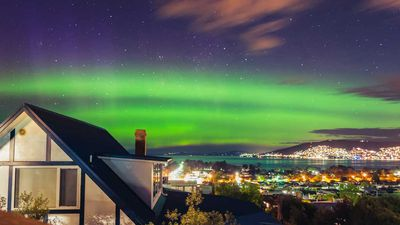 Aurora Australis puts on an incredible show over Tasmania