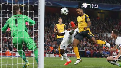 Two-goal Walcott lifts Arsenal over Basel