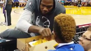 Durant helps himself to young fan's nachos
