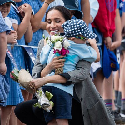 Meghan gets a hug by five-year-old boy in Dubbo, 17 October 2018