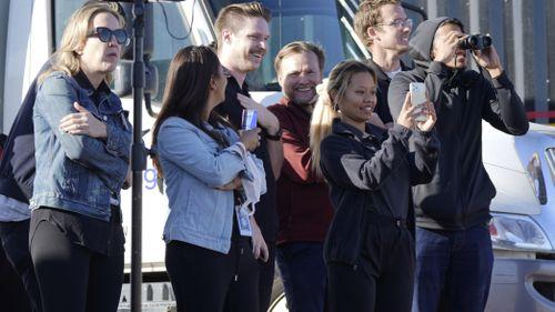 Obserwatorzy obserwują start rakiety New Shepard firmy Blue Origin z jej portu kosmicznego