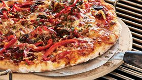 Barbecued pizza with sausage and capsicum