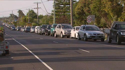 Mobil menunggu dalam antrean untuk klinik pengujian di Parkdale, Melbourne.