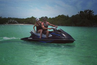 The couple enjoyed watersports on their vacay.