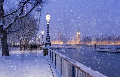 Snowing on Jubilee Gardens in London | UK white Christmas