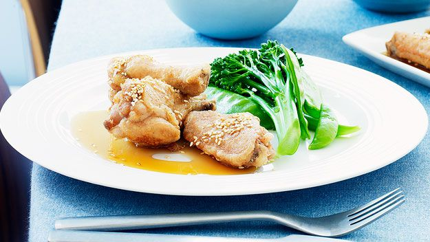 Crispy chicken wings with honey sauce