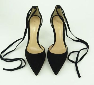 "Kim Kardashian West<a href=""https://www.ebay.com/itm/Kim-Kardashian-West-GIANVITO-ROSSI-Black-Pointed-Toe-Heels-Size-37/202220468608?_trkparms=%26rpp_cid%3D58a24ca2e4b0fa4552d36ff2%26rpp_icid%3D58a24b82e4b04206a7b801b5"" target=""_blank""> GIANVITO ROSSI Black Pointed ToeHeels</a> Size 37, current bid, $228"