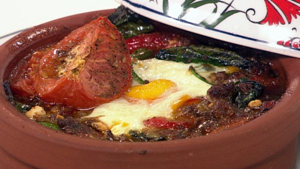 Kiymali yumurta (turkish baked eggs)