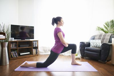 <strong>Full lunge with hip stretch</strong>