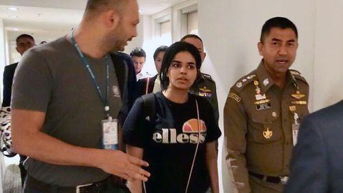 Saudi Arabia woman who seeking for asylum Rahaf Mohammed al-Qunun (C) chats with Thai Immigration Police Chief Surachet Hakparn.
