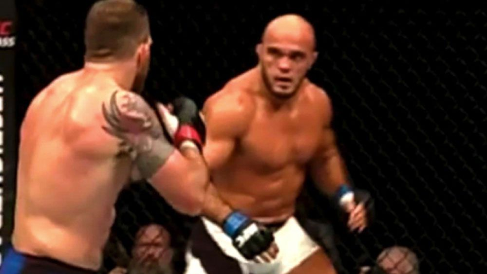 Flying knee results in brutal UFC knockout