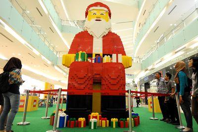 <p>Largest Lego Santa Claus </p>