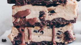 Raw cookie dough cheesecake slice