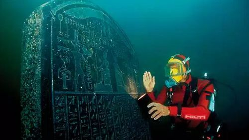 Franck Goddio with the intact engraved Thonis-Heracleion statue. Picture: Franck Goddio/Hilti Foundation/Christoph Gerigk