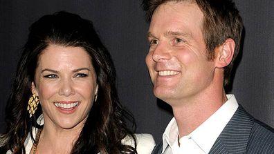 """<B> Dónde se conocieron: </B> <i> Parenthoo </i> d.  En este drama familiar, ella interpreta a la madre soltera Sarah Braverman, mientras que él interpreta al padre y esposo Adam Braverman & mdash;  Hermano de Sarah.  ¡Eeeeew TV incesto!</p><p> <B> ¿Floreció o explotó el amor? </B> Floreció.  Aunque los dos mantuvieron su relación en secreto por un tiempo & mdash;  presumiblemente para no asustar al público de su programa de televisión & mdash;  Lauren finalmente reveló todo en la revista <i> Redbook </i>. """"Es tan fácil,"""" dijo de su unión con Peter.""""/></a></div><div class="""