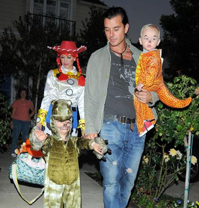 With her (costume-lazy) hubby Gavin Rossdale and insanely cute little dragon babies Kingston and Zuma.