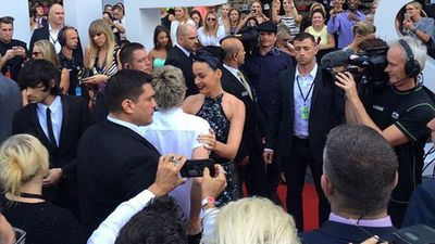 Katy Perry and Niall from One D greet each other on the red carpet. (Picture: Kritmtv, Instagram)