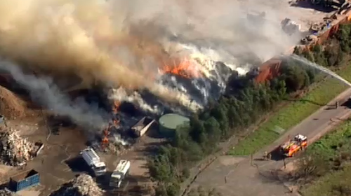Large amounts of smoke issued from the blaze in Wantirna South. (9NEWS)
