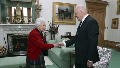 The Queen greets Governor-General Peter Cosgrove at Balmoral Castle, September 2017