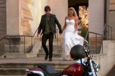 Bianca jilts Vittorio at the altar at their wedding, choosing instead to run away with Liam on his motorcycle.