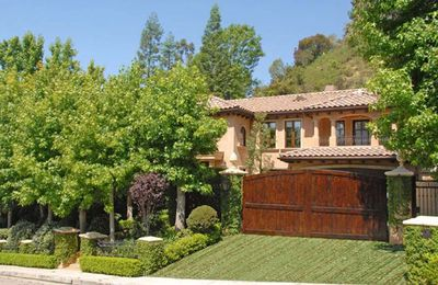This baby was home to <b>Kim Kardashian</b> and boyfriend, NFL player <b>Reggie Bush</b>….before they broke up and Kim got married to NRL player<b>Kris Humphries</b>. The Beverly Hills mansion cost the short lived couple a reported $4.8 million, was set on a 4000 square metre block and boasted five bedrooms and 4.5 bathrooms. Pity the relationship didn't last…what a waste of a good place!