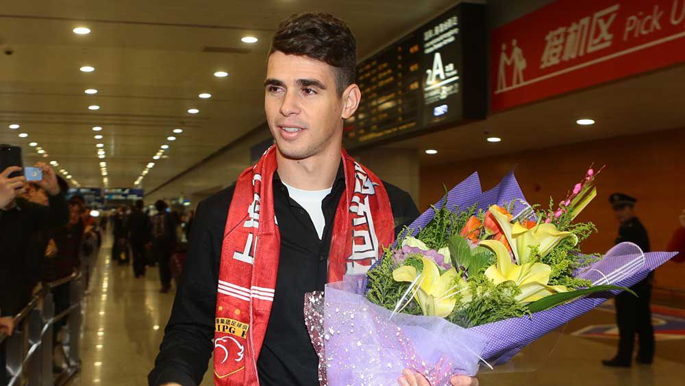 Former Chelsea midfielder Oscar arrives in Chine to sign with Shanghai. (AAP)