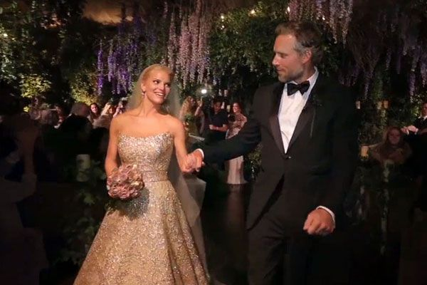 Drunk dancing and PDAs: Jessica Simpson\'s wedding footage is awesome