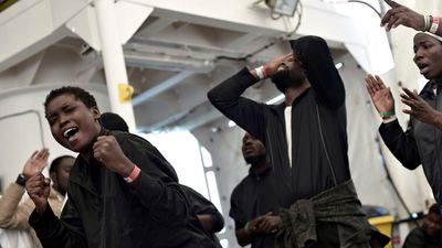 Hundreds of migrants arrive in Spain after a week adrift at sea