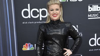 Kelly Clarkson arrives at the Billboard Music Awards at the MGM Grand Garden Arena in Las Vegas (Photo: May 1, 2019)