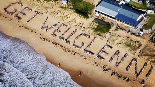 Hundreds line beach for Sydney media personality Glenn Wheeler