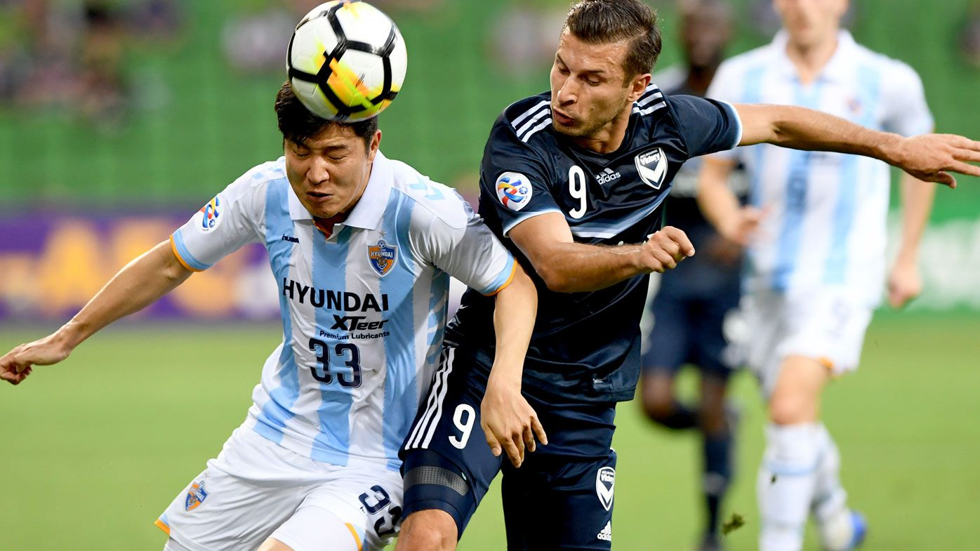Park Joo Ho of Ulsan Hyundai and Kosta Barbarouses of Victory contest for the ball during AFC Champions League Group F match. (AAP)