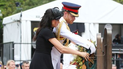 Meghan and Harry lay wreath with handwritten note, Sydney, 2018