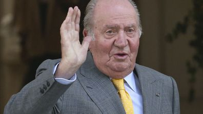 Spain's emeritus King Juan Carlos waves upon his arrival to the Academia Diplomatica de Chile, in Santiago. (photo: March 10, 2018)