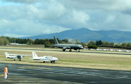 "An air controller at Hamilton Airport in New Zealand became ""overwhelmed"" by the pressure of an evaluation exercise, says a government report."