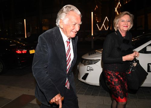 Former Australian Prime Minister Bob Hawke is seen using a cane as he arrives at the Sydney International Convention Centre on June 27, 2017. (AAP)