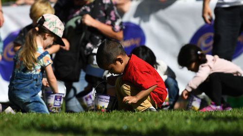 Kids picking up easter eggs at the biggest hunt in Australia at Werribee mansion. (AAP)