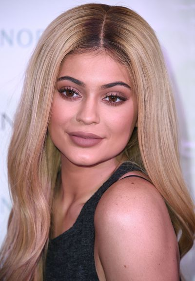 Kylie sports a classic blonde do