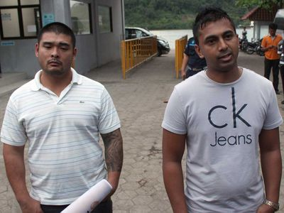 Chan's brother Michael and Sukumaran's brother Chinthu, speak with reporters ahead of the execution. (9NEWS)