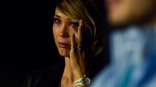 Hewitt's wife Bec sheds a tear. (AAP)