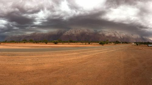 The 50m cloud sweeps past the Packsaddle Hotel, north of Broken Hill. Picture: Jess Watson/Weatherzone