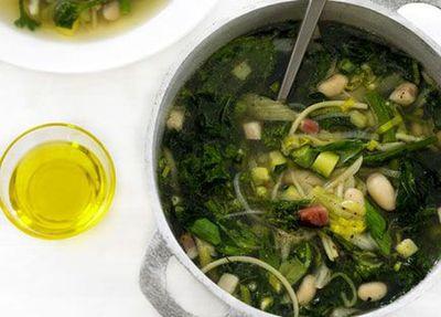"""<a href=""""http://kitchen.nine.com.au/2016/05/17/10/45/minestrone-verde"""" target=""""_top"""">Minestrone verde</a>"""