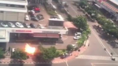 <p>At least four people have been killed following a series of attacks in the Indonesian capital. </p><p>Suicide bombers and gunmen carried out attacks on a Starbucks café and a nearby police post. </p><p> Reports say between four and seven people have died in the attacks.</p>