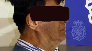 A Colombian man tried to smuggle cocaine under his oversized hairpiece.