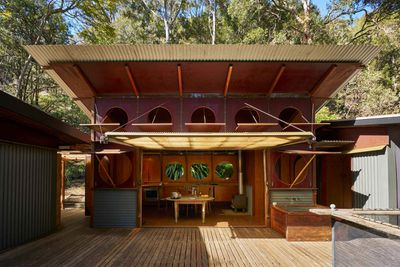 "<strong><a href=""http://www.modernhouse.co/listings/osborne-house/"" target=""_blank"">http://www.modernhouse.co/listings/osborne-house/</a>Osborne House, Coasters Retreat, Pittwater<br /> Architect: Richard Leplastrier</strong>"