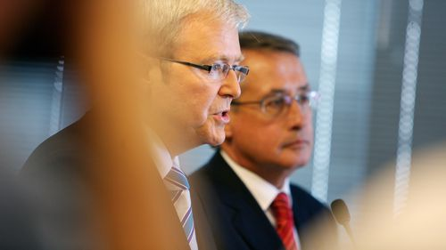 Former Prime Minister Kevin Rudd and former Treasurer Wayne Swan who would respond quickly in Australia. (AAP)