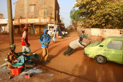 Morning breakdown in the streets of Mopti (Mali, 2007).