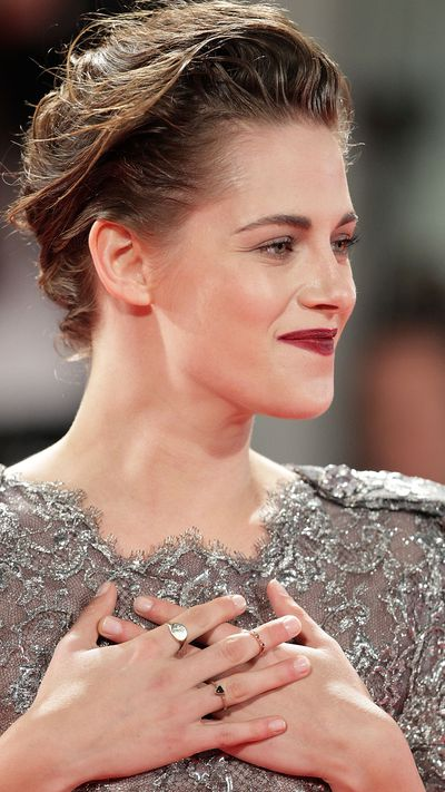 Kristen Stewart and her dainty rings at the <em>Equals</em> premiere.